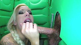 Porta Gloryhole Blonde milf sucking dick in the desert